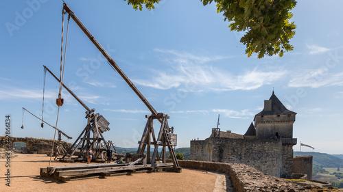 Fotografiet Medieval catapult in Castelnaud-la-Chapelle Castle in France