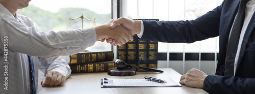 Foto Businessman shaking hands with a lawyer or judge After signing the contract and the agreement is complete, Approval of an agreement between business and law, End of the legal case