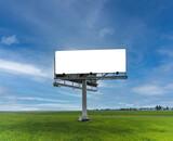 Duży pusty billboard ustawiony przy drodze w polu