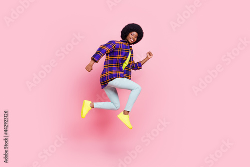 Fotografia Full length body size profile side view of pretty cheerful sporty girl jumping r