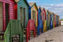 Pequeñas Coloridas Cabañas En La Playa De Muizenberg En Un Atardecer Nublado De Invierno, En Ciudad Del Cabo, Cerca Del Cabo De Buena Esperanza, En Sud África.