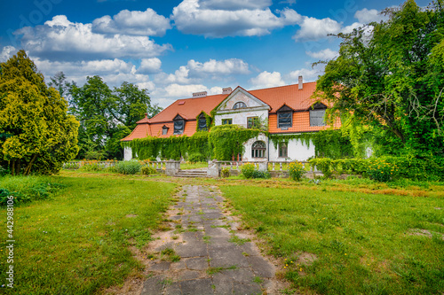 Fotografia An old, neglected mansion in the town of Ostrow, Poland.