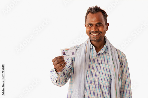 Carta da parati A MANUAL LABOURER HAPPILY SHOWING AADHAR CARD IN FRONT OF CAMERA
