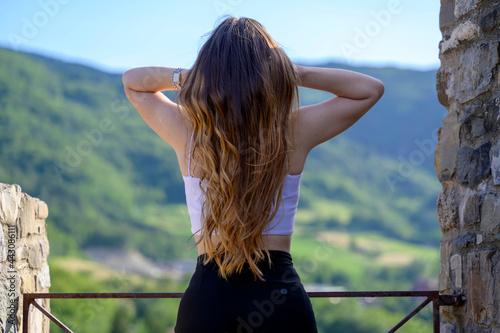 Obraz na plátně Modella con capelli molto lunghi