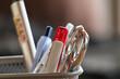 Büroutensilien wie Kugelschreiber und Schere im close up