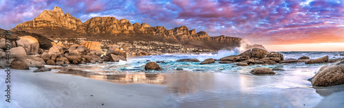 Foto Breathtaking sunset panorama of the iconic Table Mountain and the Twelve Apostles range, Cape Town South Africa