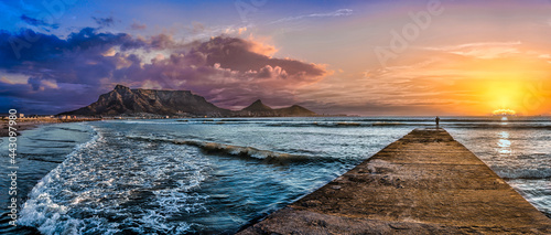 Canvastavla Picturesque and colourful sunset scene of Table Mountain and The Atlantic Ocean