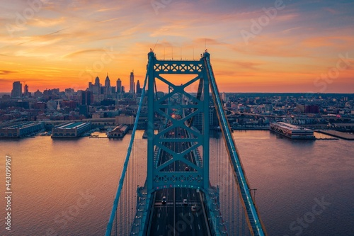 Photo The Benjamin Franklin Bridge over the Delaware River and view of the skyline in