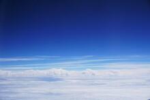 深い青色から真っ白の雲への美しい世界