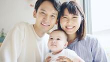 笑顔の赤ちゃんと両親 ファミリーイメージ