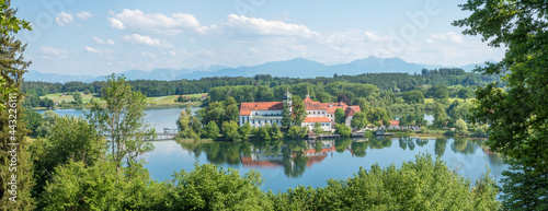 Foto pictorial bavarian landscape with view to lake Seeon and cloister