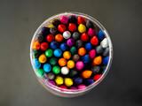Fototapeta Tęcza - kolorowe kredki na czarnym tle