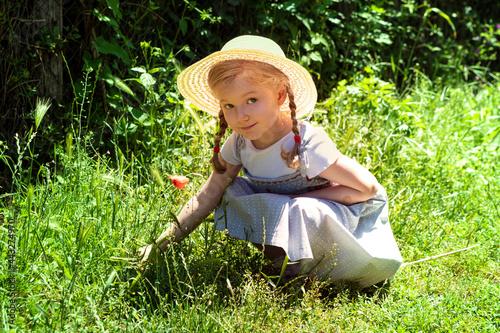 Slika na platnu bambina, cappello di paglia , bebè, erba, bambina svedese , bionda , papavero ,