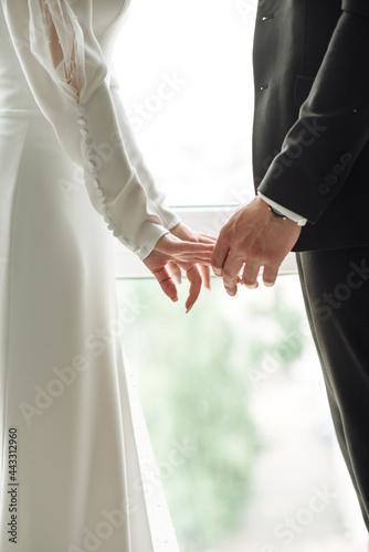Billede på lærred bride and groom holding hands together
