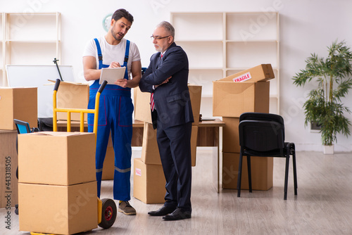 Photo Old businessman and young contractor in relocation concept