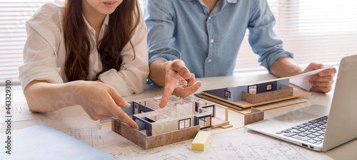 Fotografia 住宅模型で注文住宅の検討をする、注文住宅の打ち合わせ中の人の手元、住宅販売の営業、