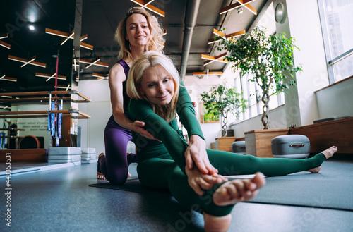 Photo Senior woman doing phisycal rehabilation and pilates with her coach