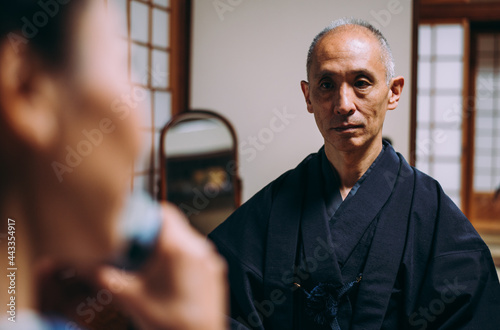 Fotografiet Senior couple lifestyle moments in a traditional japanese house