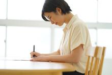 ボールペン字の練習をする女性