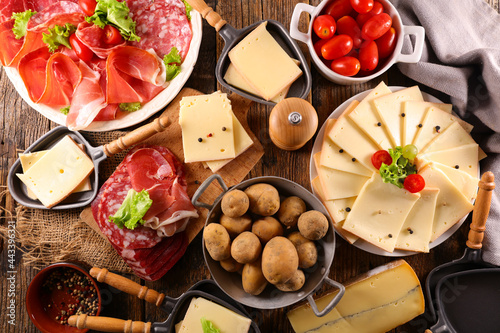 Fotografia cheese raclette with potato and meat dressing