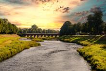 Goldener Himmel über Einem Fluss In Einer Stadt
