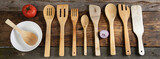 Drewniane łyżki, sztućce, akcesoria kulinarne do gotowania i smażenia pomidor i cebula