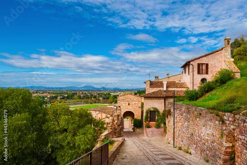 Spello charming historic center lane with Porta Sant'Angelo (Holy Angel) gate ar Fototapete