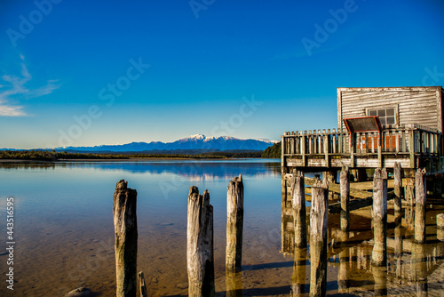 Canvas The historic wooden Boathouse on the shore of Lake Okarito with the Southern alp
