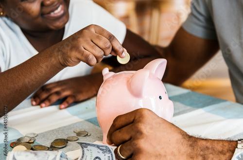 Slika na platnu Dad and daughter saving money to piggy bank