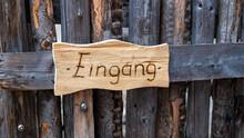 Eingang: Holzschild An Einem Holzgatter
