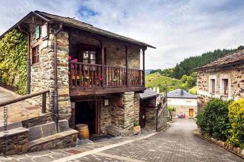 Valokuva Calle y casa típicas de Peso, pueblo tradicional del suroccidente de Asturias