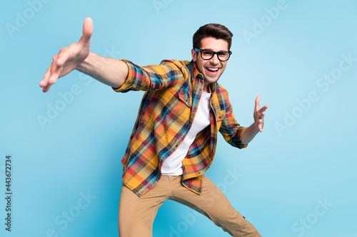 Foto Photo of sweet funky young gentleman wear checkered shirt glasses dancing smilin