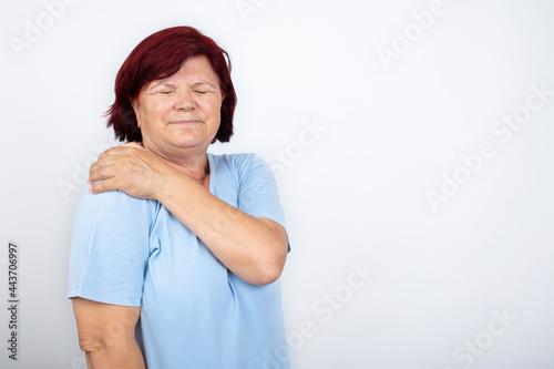Fotografia Senior woman with shoulder pain