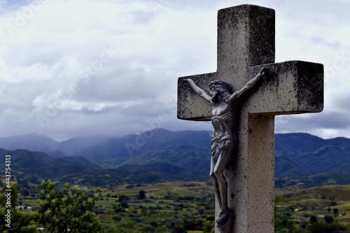 Obraz na plátně Estatua cruz con Jesucristo vista al valle y cerros