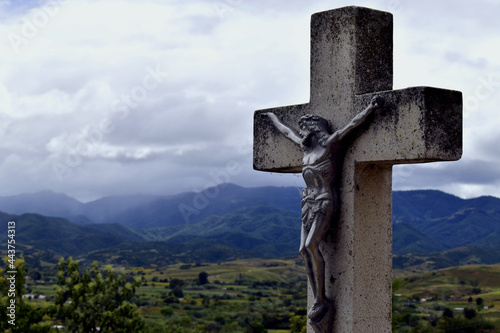 Valokuvatapetti Estatua cruz con Jesucristo vista al valle y cerros
