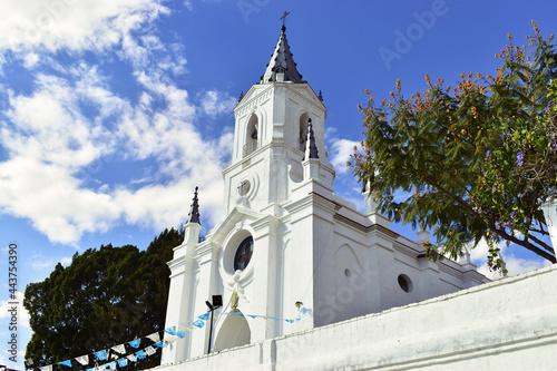 Iglesia color blanco en pueblo latinoamericano de día Fototapet