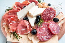 Vassoio Con Deliziosi Antipasti Italiani, Prosciutto Crudo, Salame, Ricotta E Olive Nere, Cibo Italiano