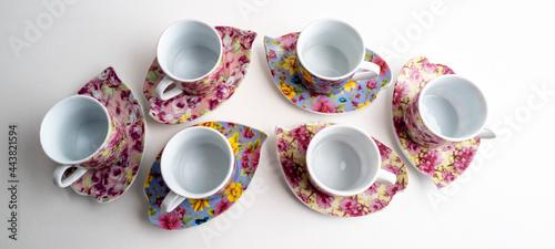 Fotografia six tasses à café et soucoupes  en porcelaine