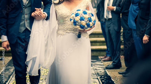 Fotografering bride and groom in wedding dress and wedding bouquet