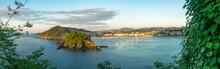 Vista Panorámica, Al Atardecer, De La Bahía De San Sebastián, España, Desde El Monte Igeldo,  Donde Podemos Ver La Isla De Santa Clara, El Monte Urgull Y La Playa De La Concha