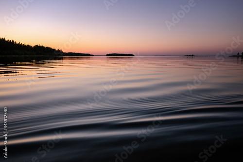 Carta da parati Midnight sea Sun in Northern Sweden during light Summer nights