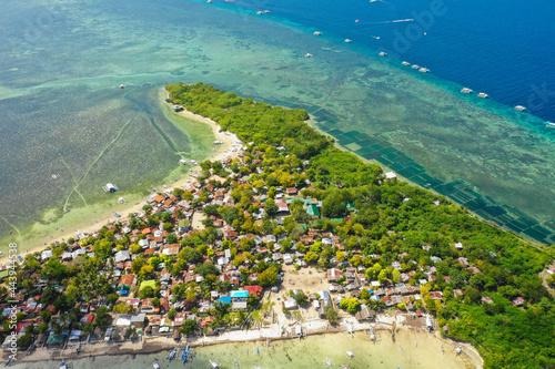 Drone footage of Hilutangan Island near Cebu, Philippines Fotobehang