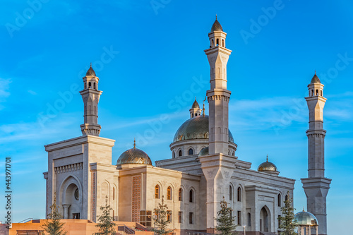A Muslim Islamic mosque with golden minarets and a crescent moon against the sky Fotobehang