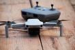 Drohne mit Steuerung auf Holz