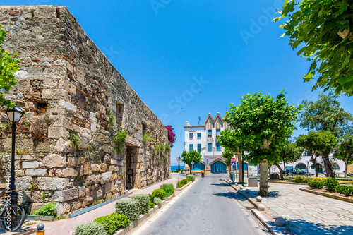 Photo Ancient Roman Agora wall and colorful street view in Kos Town