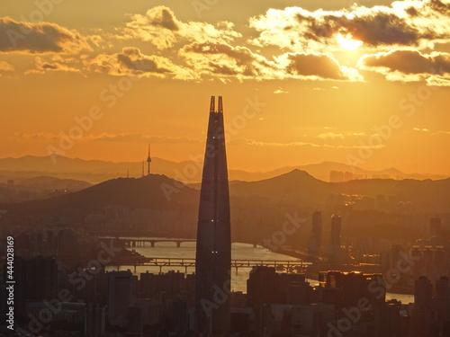 Seoul Lotte World and Namsan seen at dusk Fototapet