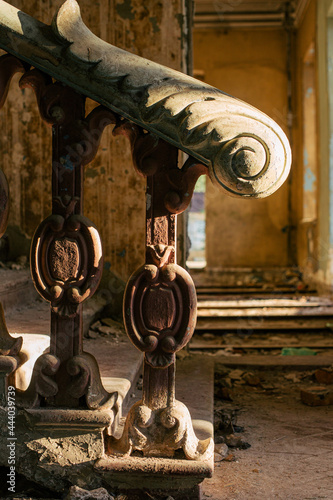 Fotomural Antique marble pillars hold the railing