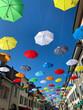 Gasse mit Regenschirmen in Zürich