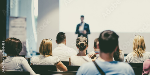 Fotografia Male business speaker giving a talk at business conference event.