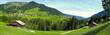 weites Panorama im Kleinwalsertal mit Dorf Mittelberg umrahmt von grünen Wiesen und Wald